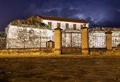 Castillo de la Fuerza, un hito de la Habana Vieja, iluminada por la noche