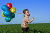 Happy Child with Ballons auf Feld Frühling