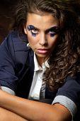 Junge Frau mit abstrakt blau Make-up gestalten wie eine Puppe