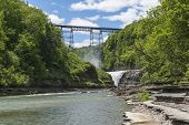 Die Upper Falls und Railroad Trestle in Letchworth State Park