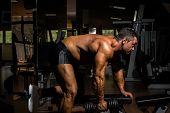 Männliche Bodybuilder handeln schweres Übung für Rücken