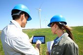 Ingenieure mit Tablet auf Wind-Turbine-Website