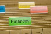 Un colgante de archivo carpeta etiquetada con finanzas
