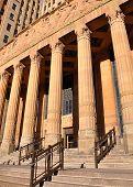 Edificio de la corte de Justicia de la ley del ciudad con columnas