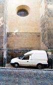 Eine humorvolle Bild einer Fracht-LKW geparkt zwischen zwei großen Strebepfeilern an der St. Giles Kirche, Prag