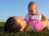 Madre con bebé en mentira al atardecer