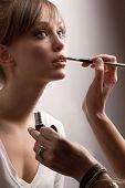 Cena de Backstage: maquiador profissional, fazendo a maquiagem de modelo de glamour no trabalho