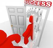 eine Reihe von Menschen Schritt für Schritt durch einen Eingang Erfolg und werden geändert, um eine neue Farbe symbolisiert th