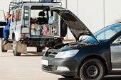 Serviço reparador com um carro danificado problema problema acidente detalhamento