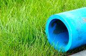 Harmlose Polyethylen Wasserleitungen auf dem grünen Gras