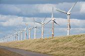 Windturbines langs een Nederlandse Dijk in de buurt van Urk