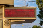 Beleuchtete Anzeige Brett der Wartezeit der Straßenbahnen In Straßburg - Elsass, Frankreich
