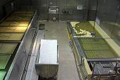 Mayrhofen, Österreich - 18. März 2013 - Käseherstellung Prozesse hinter einen verglasten Gang in Schach