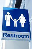 Ein blaues Schild Toilette außerhalb einer öffentlichen Bad