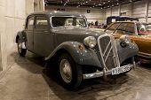 VALENCIA, Espanha - 22 de outubro: Um 1955 francês Citroen 11B (valor 24.000 Euros) está em exibição no 20