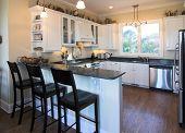 elegant eingerichtete Küche