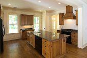 große luxuriöse Küche mit Ahorn-Schränke und schwarz-Einheiten
