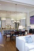 Öffnen Sie Studio-Apartment mit Küche, Wohnzimmer und Esszimmer