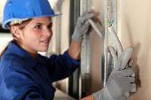 Tradeswoman instalación de cableado eléctrico