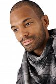 Closeup retrato de bem parecido afro-americano jovem sorrindo.