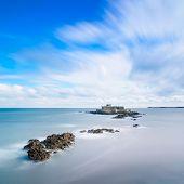 Fort National de Saint Malo y rocas, la marea alta. Bretaña, Francia.