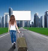 Frau zu Fuß auf die Straße in die Stadt, vor der eine leere Plakate. Konzept. Tourist kehrt nach Hause zurück zu