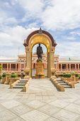 Statue Of Phra Bat Somdet Phra Poramenthra Maha Mongkut Phra Chom Klao Chao Yu Hua