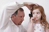 Médico olhando no ouvido da menina
