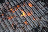 Carbones de leña ardiendo en la parrilla