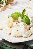 Gnocchi di patata, fideos de patata italiano con salsa de queso y albahaca