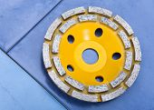 Diamond disk for a concrete abrasion