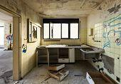 antiga cozinha destruídos, interiores casa abandonada
