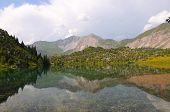 Lago de Sary-Chelek colorido