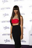 LOS ANGELES - 8 de FEB: Leona Lewis llegando a la Premier de Los Ángeles de ' Justin Bieber: nunca decir N