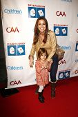 LOS ANGELES - 20 de MAR: Rosa Blasi, hija Kaia Finn al llegar a la leche + Bookies historia tiempo Celeb