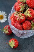 Florero antiguo con fresas frescas sabrosos