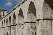 Aquädukt in Garibaldi's Square, Sulmona, Italien