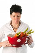 Junge Frau mit große Tasse und Karotten