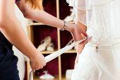 Braut im Shop Kleidung für Hochzeit Kleider; Sie ist eine Kleid auswählen und der Designer ist die Unterstützung