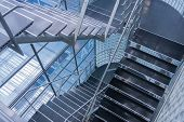 Escada aberta em um moderno edifício de escritórios