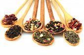 variedade de chá seco em colheres, isolado no branco