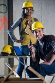 Multiethnische männliche und weibliche Bauarbeiter