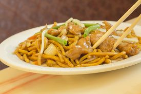 foto of lo mein  - Authentic Chinese chicken lo mein noodles at a restaurant - JPG