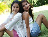 Retrato de dos niñas tailandesas encantadoras