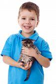 Niño con kitty en manos sonriente