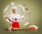 malabarista asiático femenino cocinar sobre fondo de color