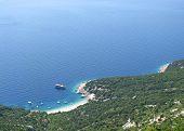 Barcos y la bahía de la isla