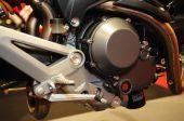 Quadro e motor de moto na loja