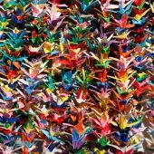 Постер, плакат: Оригами бумажных журавликов в Хиросиме Япония