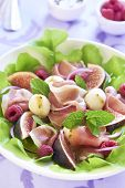 Salad with figs, mozzarella, prosciutto and raspberries